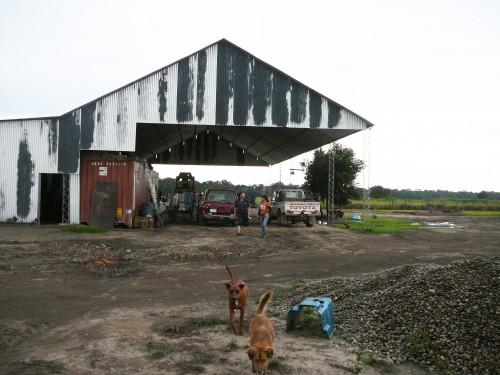 Batiment d'exploitation d'une ferme dans la Colonie Menonites San Marcos. Le conteneur sert de pièce d'habitation collective dans l'attente de la construction de la construction de la maison principale.